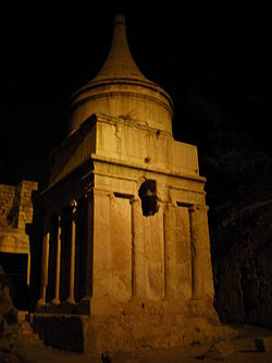 Yad Avshalom at night.JPG