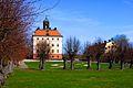 Ängsö slott med parken i förgrunden.jpg