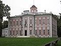 Главный дом (дворец) усадьбы. Большие Вязёмы. Задняя фронтальная часть , окна выходят на парк и речку Вязёмку.jpg