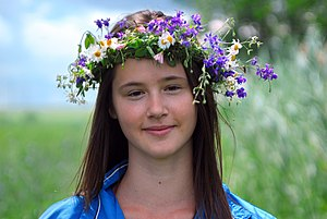 Wreath (attire) - A young girl wearing a floral wreath.