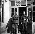 שני חיילים בפתח בית כנסת בצכוסלובקיה 1937 - iדר דוד עופרi btm503.jpeg