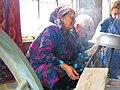 006 Fàbrica de seda Yodgorlik, Imom Zahiriddin Ko'chasi 138 (Marguilan), bullint els capolls.jpg