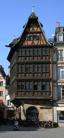 La Maison Kammerzell presso la Cattedrale di Strasburgo è uno degli esempi di tipo alemanno più famosi.