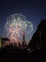 フランスの建国記念日:エッフェル塔前で打ち上げられる花火