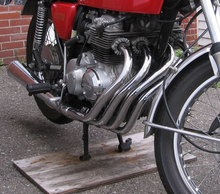 Photo showing the flowing four-into-one exhaust system of the CB400F
