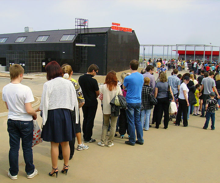 File:A queue of people to ticket desk of Nizhny Novgorod Aerial Tramway.jpg