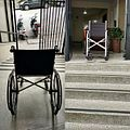 Acessibilidade? Cadeira de rodas em frente a uma escada.jpg