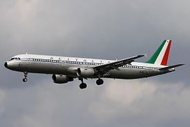 Un Airbus A321-100 Alitalia, l'unico mezzo in livrea storica