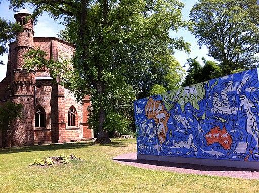 Alter Turm und Mosaik (Weltkarte des Lebens) im Park von Villeroy & Boch in Mettlach an der Saar