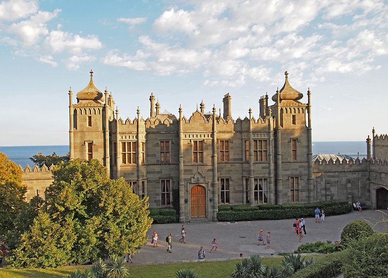 upload.wikimedia.org_wikipedia_commons_thumb_9_9f_alupka_castle6.jpg_800px-alupka_castle6.jpg
