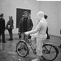American Pop Art expositie in het Stedelijk Museum, Jan Wolkers bij een werk v, Bestanddeelnr 916-5628.jpg