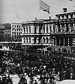 Amerikanischer Photograph um 1865 - Lincolns Beerdigungszug vor dem Rathaus (Zeno Fotografie).jpg