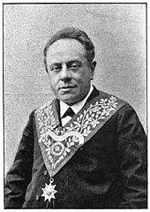 portrait en noir et blanc de Louis Amiable, portant un décor maçonnique