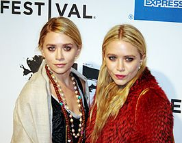 Ashley (l) en Mary-Kate (r) Olsen in 2011