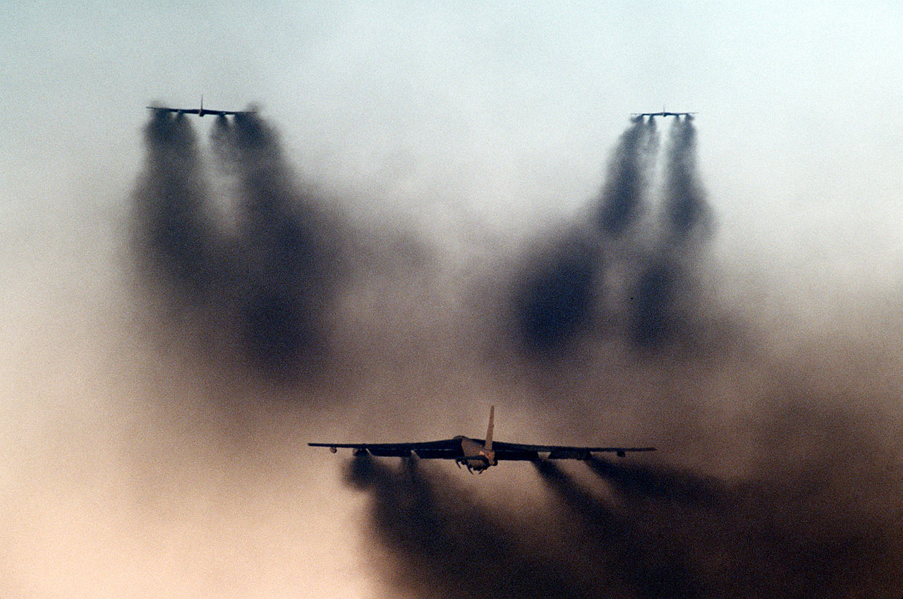 https://upload.wikimedia.org/wikipedia/commons/thumb/9/9f/B-52Gs_taking_off_from_Barksdale_AFB_1986.JPEG/1280px-B-52Gs_taking_off_from_Barksdale_AFB_1986.JPEG
