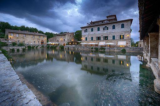 La vasca termale e il Palazzo Rossellino nella piazza di Bagno Vignoni