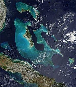Fotografia satellitare delle isole Bahamas. Si tratta in realtà di un complesso di piattaforme carbonatiche visibili come altofondi marini a profondità notevolmente più bassa rispetto alle aree oceaniche circostanti (più chiare nell'immagine fotografica), di cui le isole vere e proprie costituiscono solo la parte emersa.