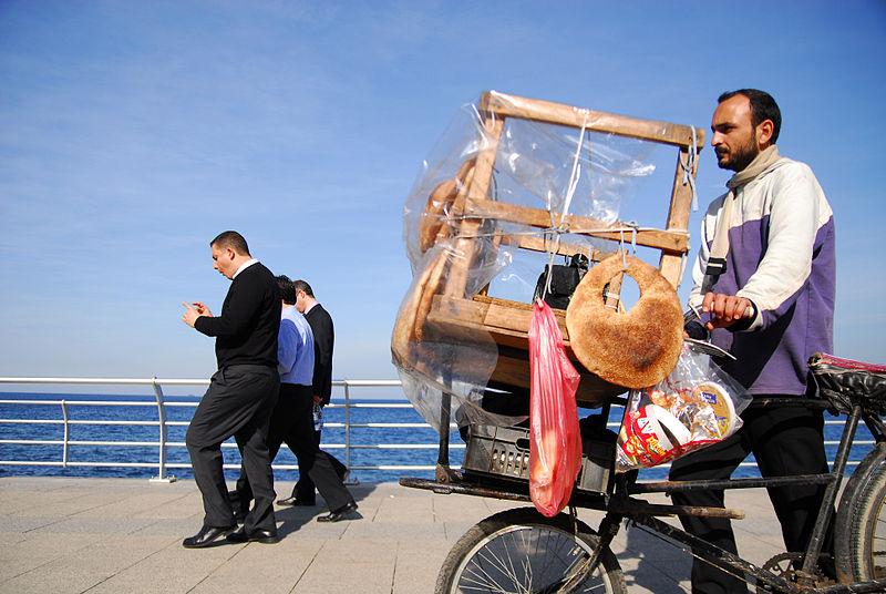 نزهة على الكورنيش البحري في بيروت 800px-Bike_bread_man