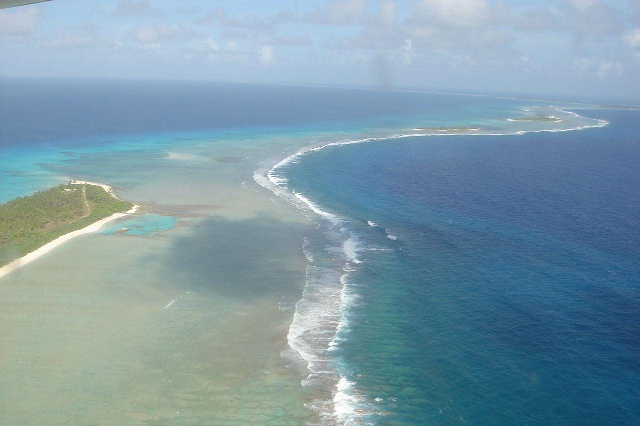 Pemandangan pantai Atol Bikini dari atas