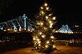 Blaues Wunder mit Weihnachtsbaum.jpg