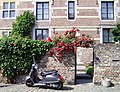 Bricks and roses - panoramio.jpg