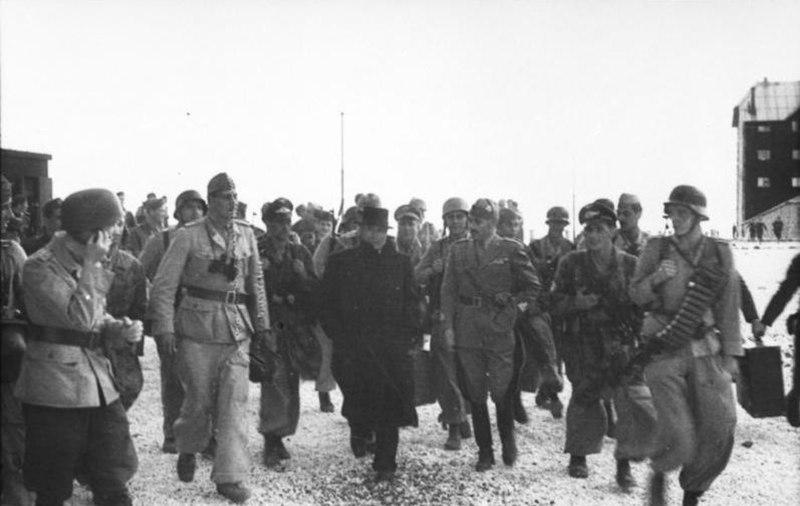 Bundesarchiv Bild 101I-567-1503A-08, Gran Sasso, Skorzeny, Mussolini mit Fallschirmjägern