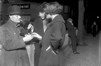 """1920s Berlin - Image: Bundesarchiv Bild 102 07741, Berlin, """"Koks Emil"""" der Kokain Verkäufer"""