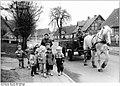 Bundesarchiv Bild 183-1987-0428-015, Roggendorf, Spaziergang der Krippenkinder, Pferdewagen.jpg