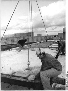 Bundesarchiv Bild 183-P0114-0003, Neubrandenburg, Bauarbeiter Fertigteile montierend.jpg