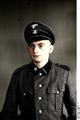 Bundesarchiv Bild 192-153, KZ Mauthausen, unbekannter SS-Mann, Porträt Recolored.png