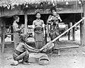 COLLECTIE TROPENMUSEUM Een vrouw maakt schelpringen Tanimbar-eilanden TMnr 10002852.jpg