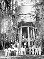 COLLECTIE TROPENMUSEUM Groepsportret tijdens de bouw van een watertoren door timmermanswinkel Batiren en Co Kabandjahe TMnr 10014638.jpg