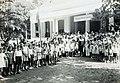 COLLECTIE TROPENMUSEUM Groepsportret van schoolkinderen onderwijzers en ouders tijdens een bezoek van Sinterklaas aan hun school (mogelijk de Heuvelschool) TMnr 60046223.jpg