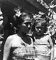 COLLECTIE TROPENMUSEUM Portret van een vrouw met dochter die tot de Brahmanenkaste behoren TMnr 20000009.jpg