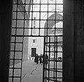 Cairo Geopend toegangshek tot het voorplein van de Madrassamoskee van sultan Ha, Bestanddeelnr 252-1723.jpg