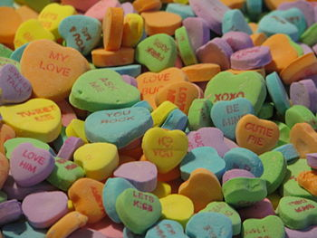English: A photograph of a heap of candy heart...