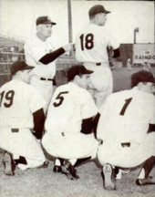 """Stengel s některými ze svých hráčů.  Jednotné číslo hláskovat """"18"""" a """"1951"""", znamenat Yankee doufá v 18. praporkem ten rok"""