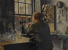 Maalaus miehestä istui työpöydällä lähellä ikkunaa.