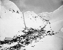 Разведчики с припасами на перевале Чилкут.  Впереди: Весы.  Слева: Золотая лестница, справа: перевал Педерсон.  Март – апрель 1898 г.