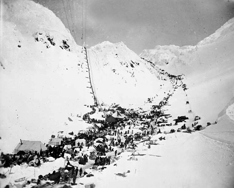 Prospectors with supplies at The Chilkoot Pass. In front: The Scales. Left: Golden Steps, right: Pederson Pass. March–April 1898