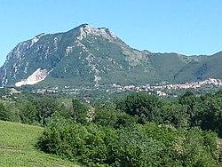 Chiusano di San Domenico (AV) e il monte Tuoro.jpg