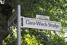 Straßenschild der Clara-Wieck-Straße mit Widmung in Berlin-Tiergarten (Quelle: Wikimedia)