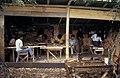 Collectie NMvWereldculturen, TM-20022015, Dia- 'Houtsnijders aan het werk in hun atelier, omgeving Bukittinggi', fotograaf Jaap de Jonge, 1986.jpg