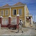 Collectie Nationaal Museum van Wereldculturen TM-20029710 Galerij van een gebouw in Oudhollandse stijl, dat in gebruik is als cafe Bonaire Boy Lawson (Fotograaf).jpg