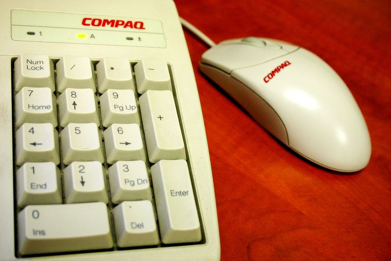 Gambar:Compaq keyboard and mouse.jpg
