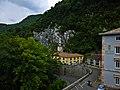 Covadonga, conjunto paisajístico con la Colegiata de Nuestra Señora de Covadonga al fondo.jpg