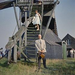 De heer A. Bicker Caarten, toen hoofd Algemene Zaken van de RDMZ, staand voor de staart van de molen, tijdens een excursie van de Vereniging Hollandsche Molen - Stramproy - 20372337 - RCE.jpg