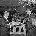 De promotor prof. J. H. van den Broek (r) reikt de heer G.Th. Rietveld, Bestanddeelnr 915-9349.jpg