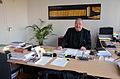 Der Autor und Herausgeber, Bibliothekar und Direktor der Gottfried Wilhelm Leibniz Bibliothek – Niedersächsische Landesbibliothek (GWLB), Georg Ruppelt, am Schreibtisch in seinem Büro.jpg