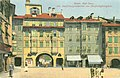 Dreifaltigkeitsplatz (heute Rathausplatz) mit Zwölfmalgreiener Tor (heute Dr.-Julius-Perathoner-Passage) in Bozen (um 1913).jpg